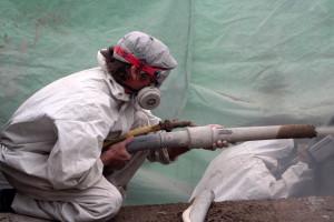 Mitarbeiter beim Auftragen des Spritzbetons